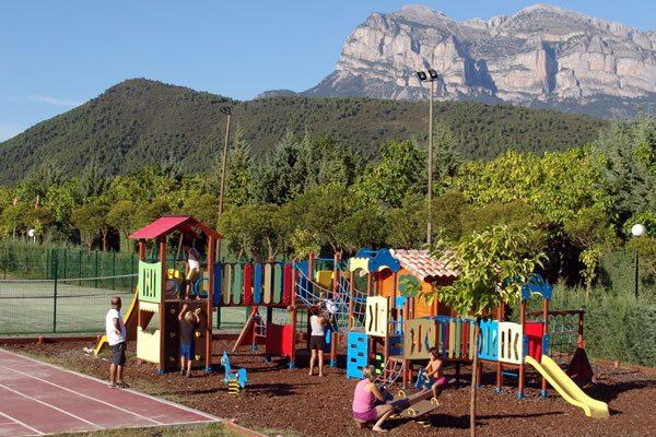 Camping Peña Montañesa parque infantil